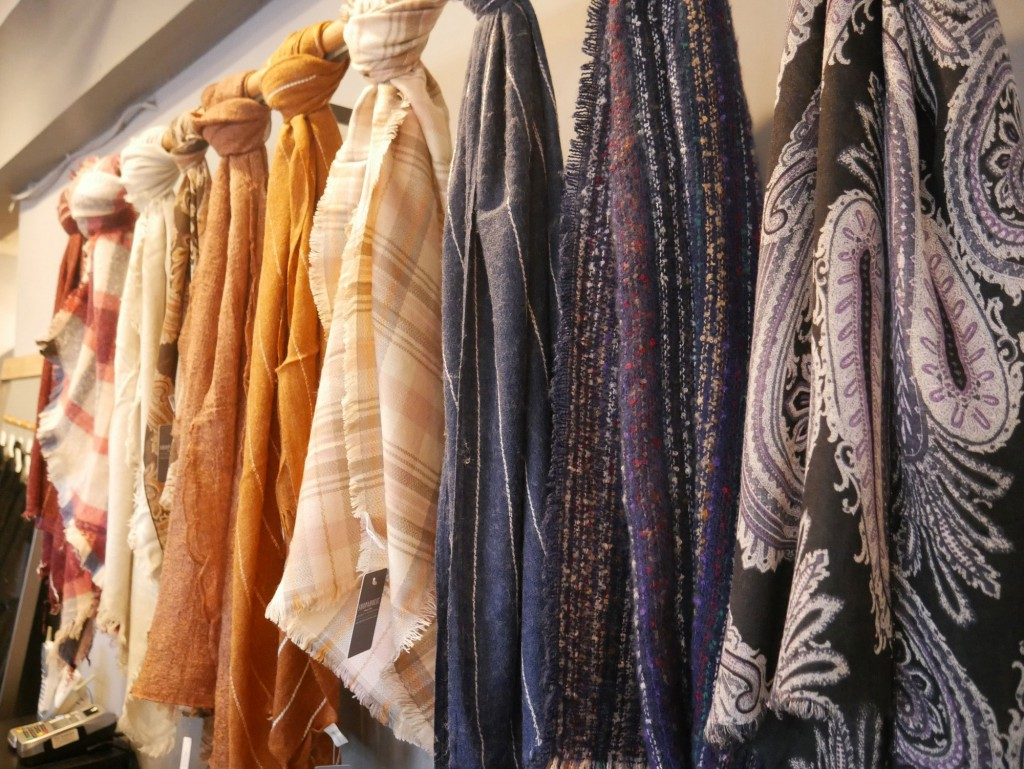 shopaholic-sample-sales-scarves